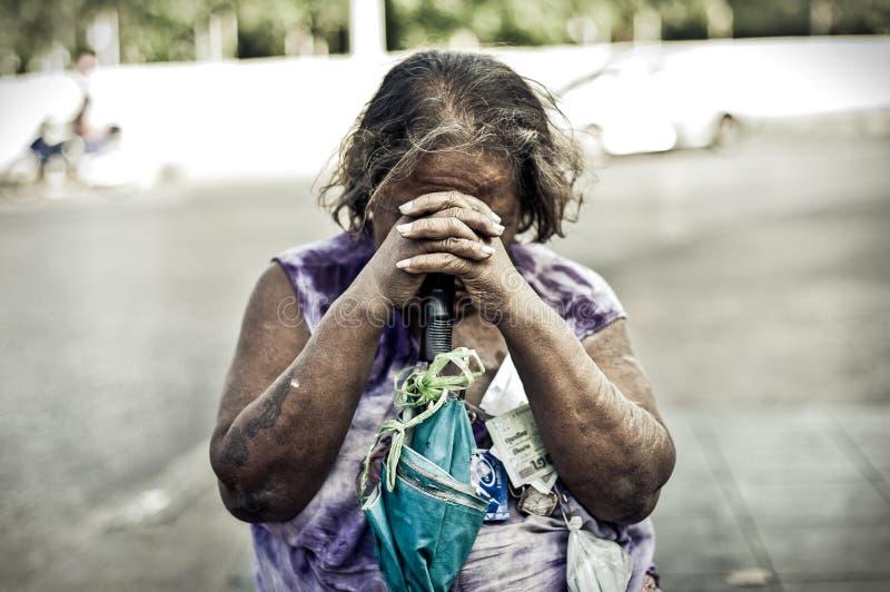 hemlös kvinna royaltyfri foto