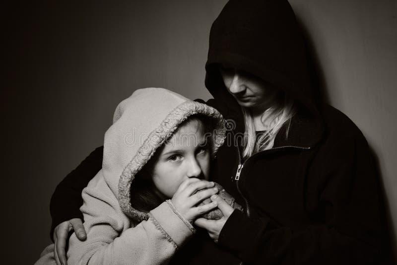 Hemlös moder med hennes dotter royaltyfri bild