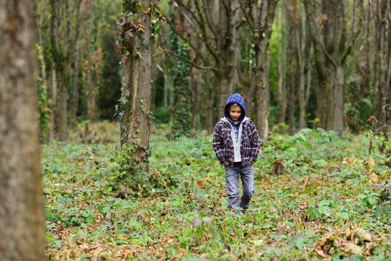 Hemlös och övergett Det hemlösa barnet går i trän Hemlös pojke utan utomhus- föräldra- omsorg Gatabarnet måste royaltyfri foto