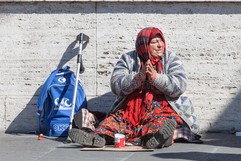 Hemlös tiggare Kvinna som frågar för allmosa gata italy rome royaltyfria bilder