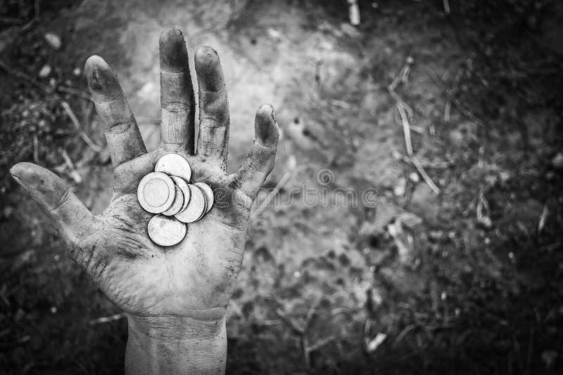 Hemlös tiggerihand av mannen med pengar arkivbild