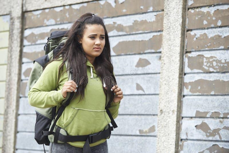Hemlös tonårs- flicka på gatan med ryggsäcken fotografering för bildbyråer