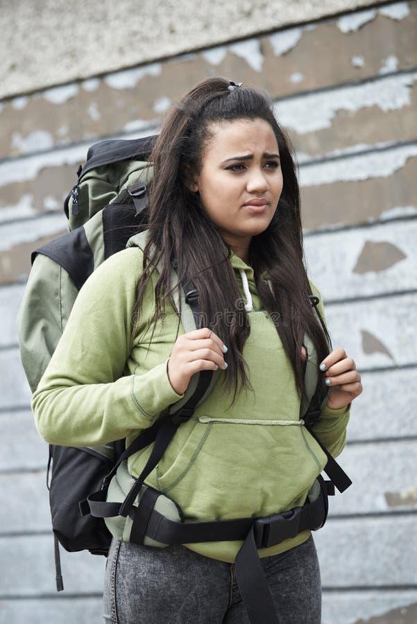 Hemlös tonårs- flicka på gatan med ryggsäcken royaltyfria bilder