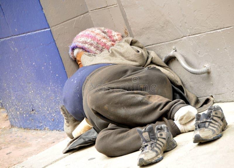 hemlös trottoarkvinna royaltyfria foton