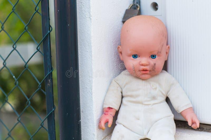 Hemlösa barn, föräldralöers och brutna och makabra dockor för barnmisshandel - arkivbild