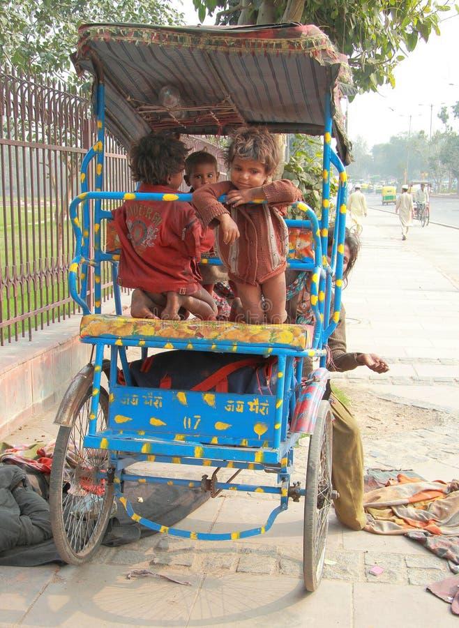 Hemlösa barn i Delhi, Indien royaltyfri foto