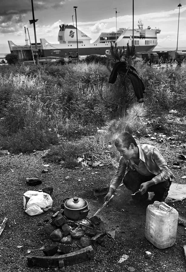 Hemlösa flyktingar i Patras, Grekland arkivfoto