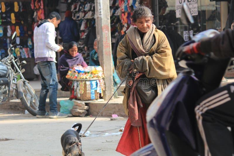 Hemlösa kvinnor Nepal arkivbild