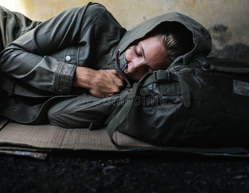 Hemlöst sova för kvinnor på vägsidan fotografering för bildbyråer