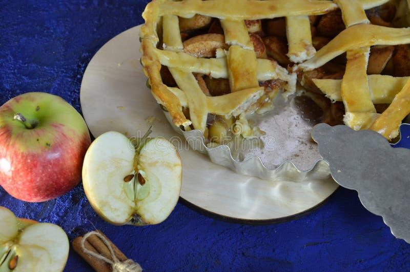 Hemlagad äppelpaj med kanel-, kardemumma- och stjärnaanis Traditionella höstkakor för te Selektivt fokusera arkivfoto