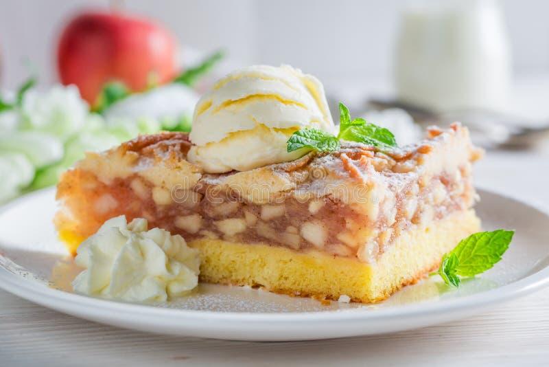 Hemlagad äppelpaj och glass som göras av nya äpplen royaltyfri fotografi