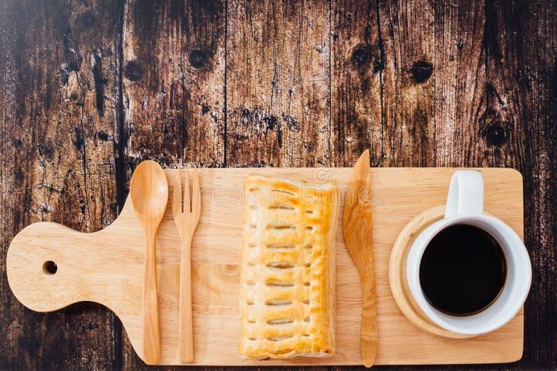 Hemlagad äppelpaj på bakelser och koppen av svart kaffe royaltyfri fotografi