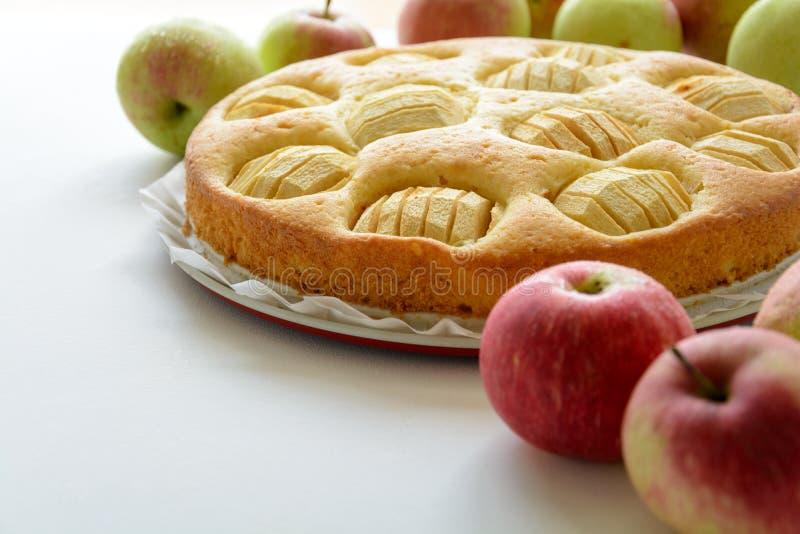 Hemlagad äppelpaj på det gråa träskrivbordet arkivbild