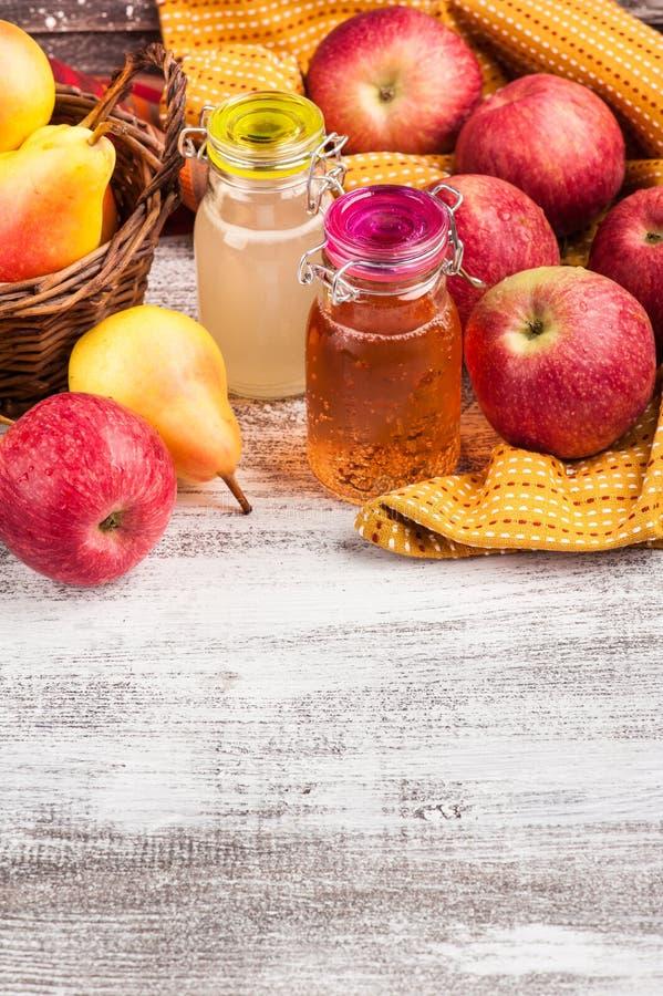 Hemlagad äpplepäronäppeljuice royaltyfria bilder