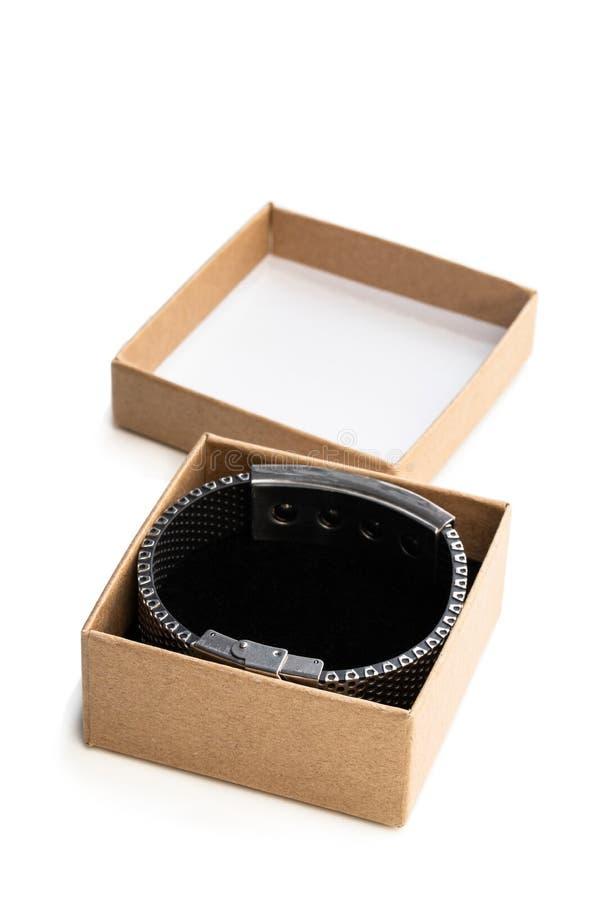 Hemlagad öppen gåvaask som göras från brunt papper med det isolerade armbandet på vit arkivbild