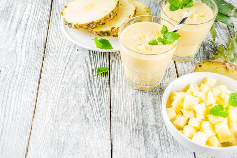Hemlagad ananassmoothie arkivbild