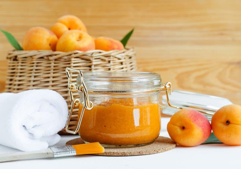 Hemlagad aprikosframsidamaskering i en glass krus DIY-skönhetsmedel och brunnsort royaltyfria foton