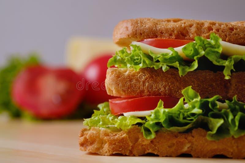 Hemlagad aptitretande smörgås på ett träbräde, närbild arkivfoto