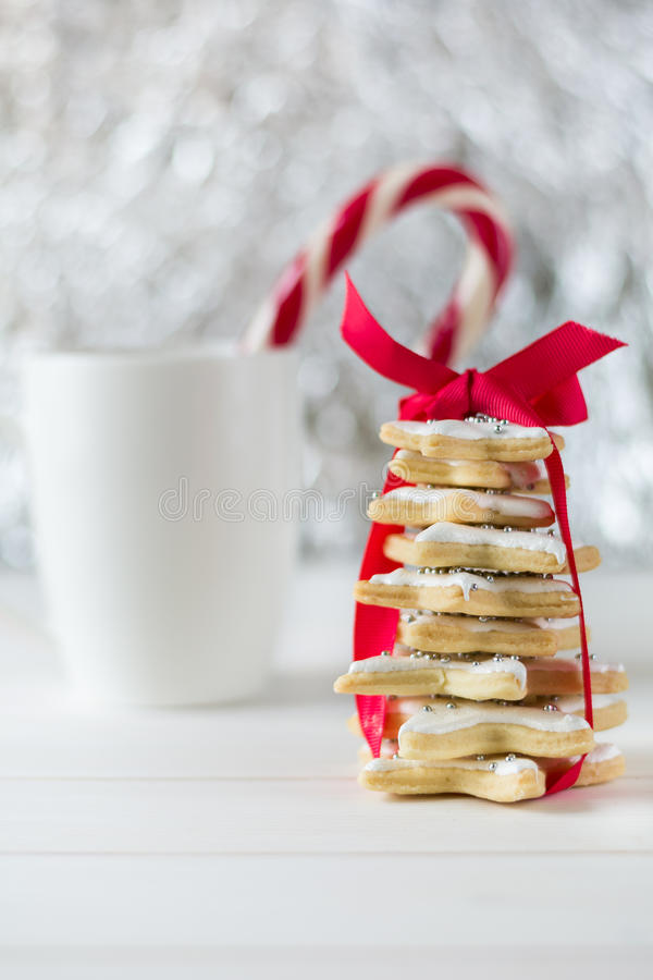 Hemlagad bakad julgran från sockerstjärnakakor arkivbild
