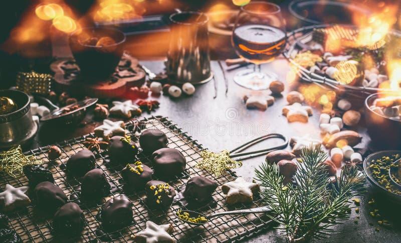 Hemlagad chokladbränd mandel på den mörka tabellen med muttrar, marshmallower och kanelbruna stjärnajulkakor Hem- feriekokkonst royaltyfri foto