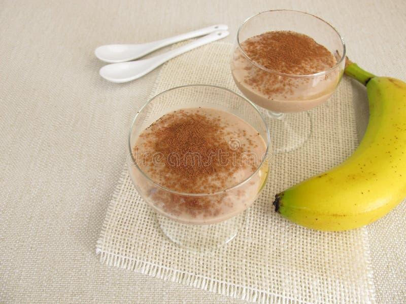 Hemlagad chokladglass med djupfrysta bananer och kakao royaltyfria bilder