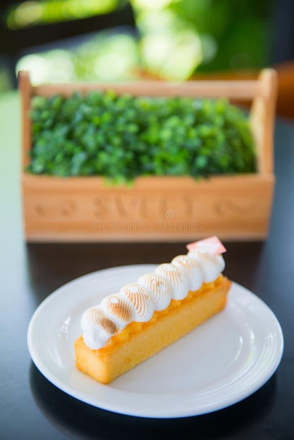 Hemlagad citronkaka med mjuk kräm arkivbild
