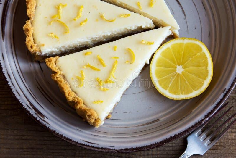 Hemlagad citronostkaka arkivbilder