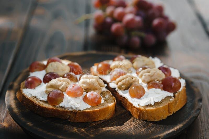 Hemlagad crostini med druvor, valnötter och ricotta fotografering för bildbyråer