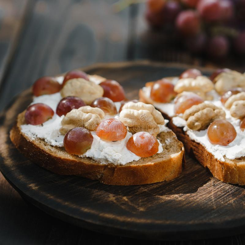 Hemlagad crostini med druvor, valnötter och ricotta arkivfoton