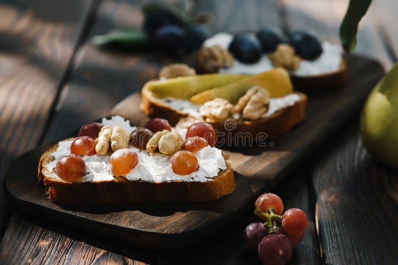 Hemlagad crostini med frukter, valnötter och ricotta fotografering för bildbyråer