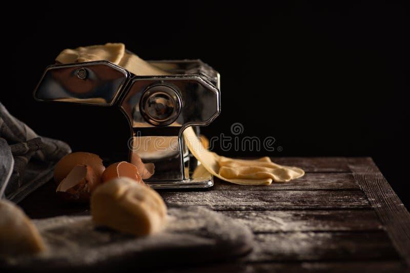 Hemlagad degförberedelseprocess för pasta på en pastamaskin royaltyfria foton