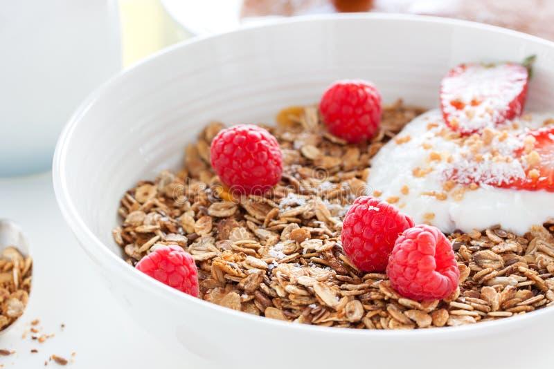 Hemlagad den havremålgranola eller myslit med ny sommar bär frukt det —hallonet och jordgubben med yoghurt royaltyfria foton
