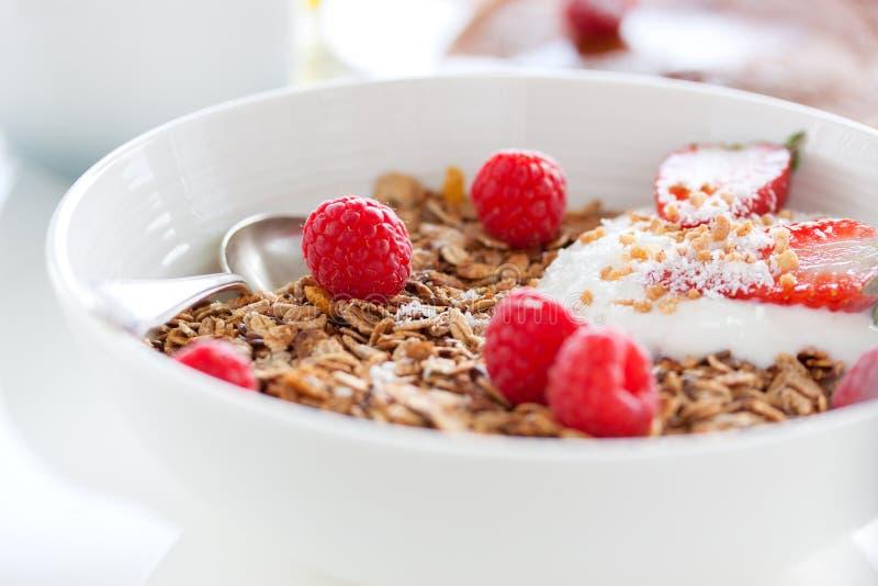 Hemlagad den havremålgranola eller myslit med ny sommar bär frukt det —hallonet och jordgubben med yoghurt royaltyfria bilder