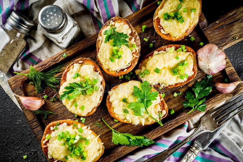 Hemlagad dubbel bakad laddad potatis royaltyfri fotografi