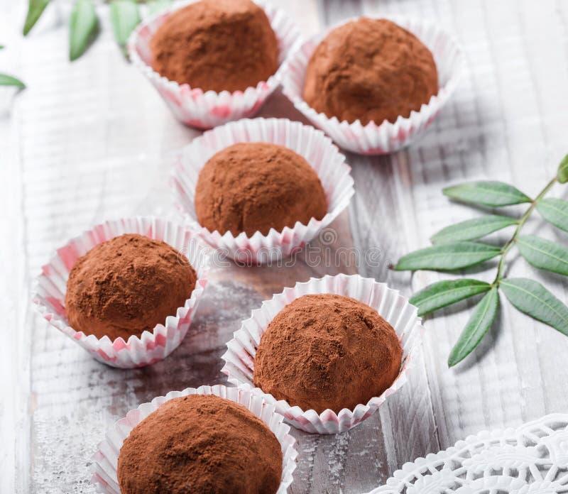 Hemlagad efterrätt för godis för chokladtryfflar på träbakgrundsslut upp royaltyfria bilder