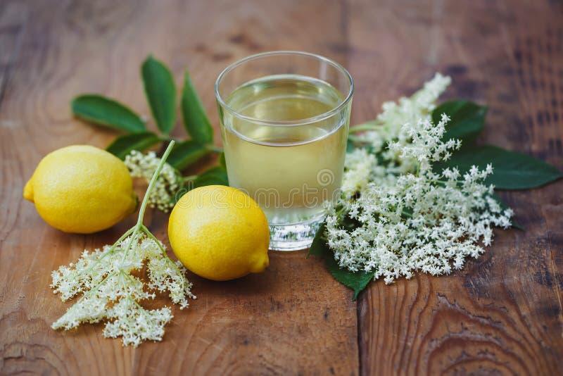 Hemlagad elderflowerfruktjuice arkivbilder