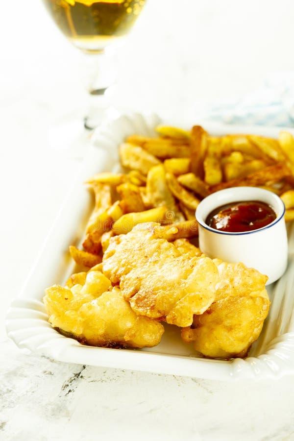 Hemlagad fisk och chiper med sås arkivbild