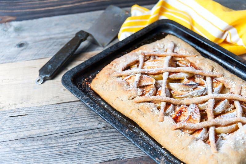 Hemlagad galette, vresig paj med äpplen på träbräde royaltyfri bild
