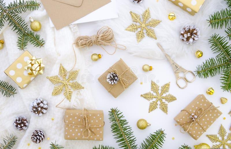 Hemlagad garnering för gåvaask för glad jul DIY-hobby Askar slås in i kraft papper som binds med, tvinnar med royaltyfri bild