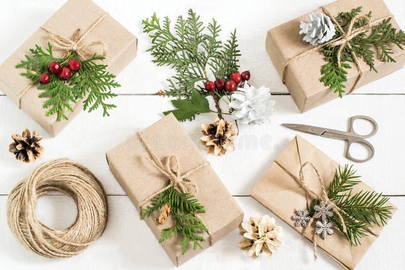 Hemlagad garnering för gåvaask för jul arkivfoto