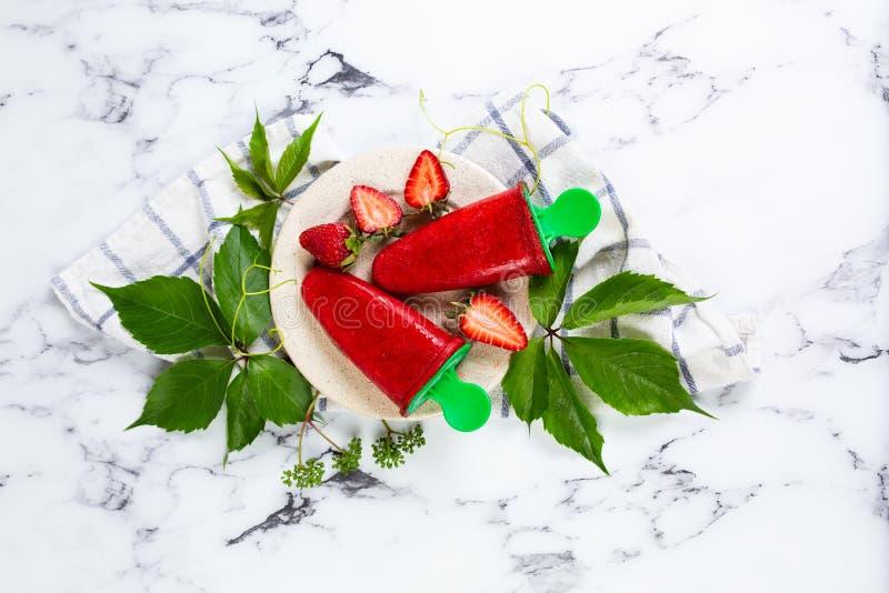 Hemlagad glass för jordgubbe, sorbet royaltyfria foton