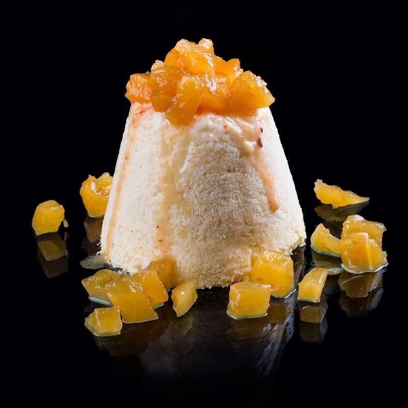 Hemlagad glasssemifreddo Med ananaskvarter royaltyfri foto
