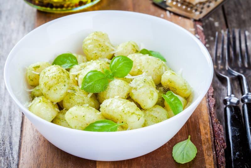 Hemlagad gnocchi med pestosås, parmesan och basilika arkivbilder