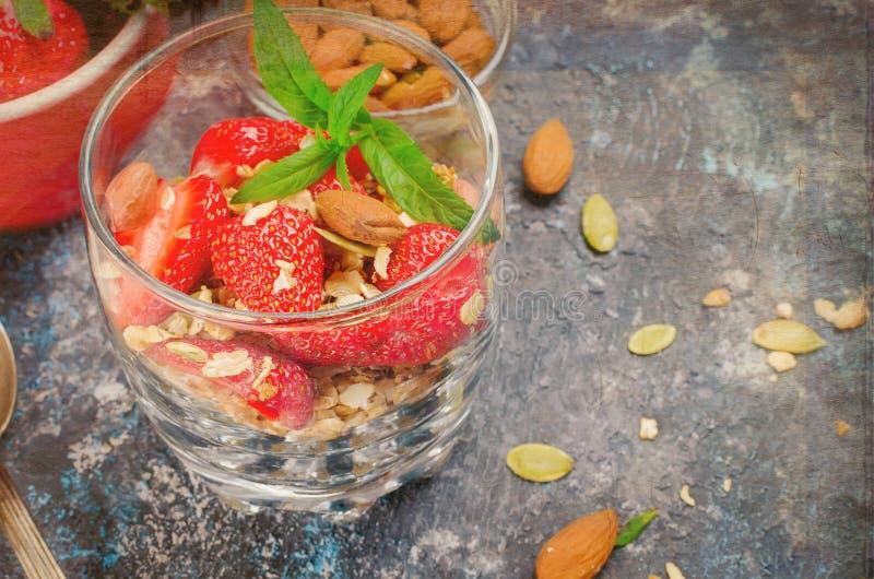 Hemlagad granola för sund frukost med nya jordgubbar royaltyfria foton