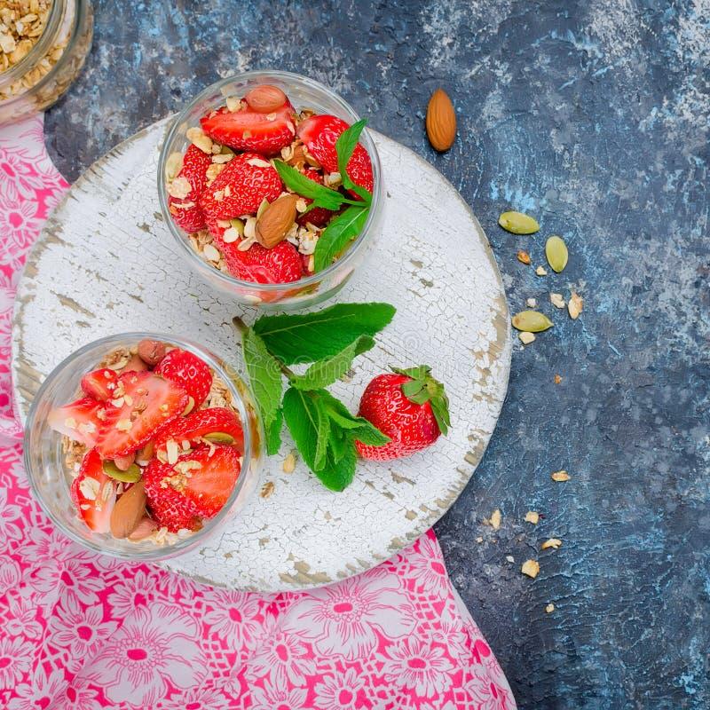 Hemlagad granola för sund frukost med nya jordgubbar royaltyfri foto