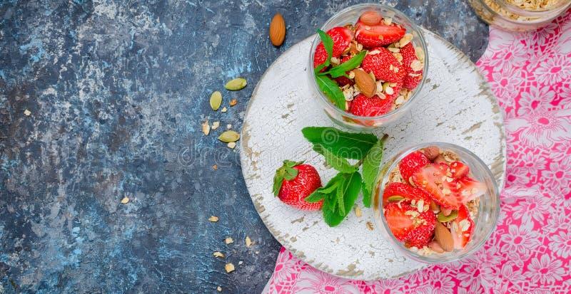 Hemlagad granola för sund frukost med nya jordgubbar royaltyfria bilder