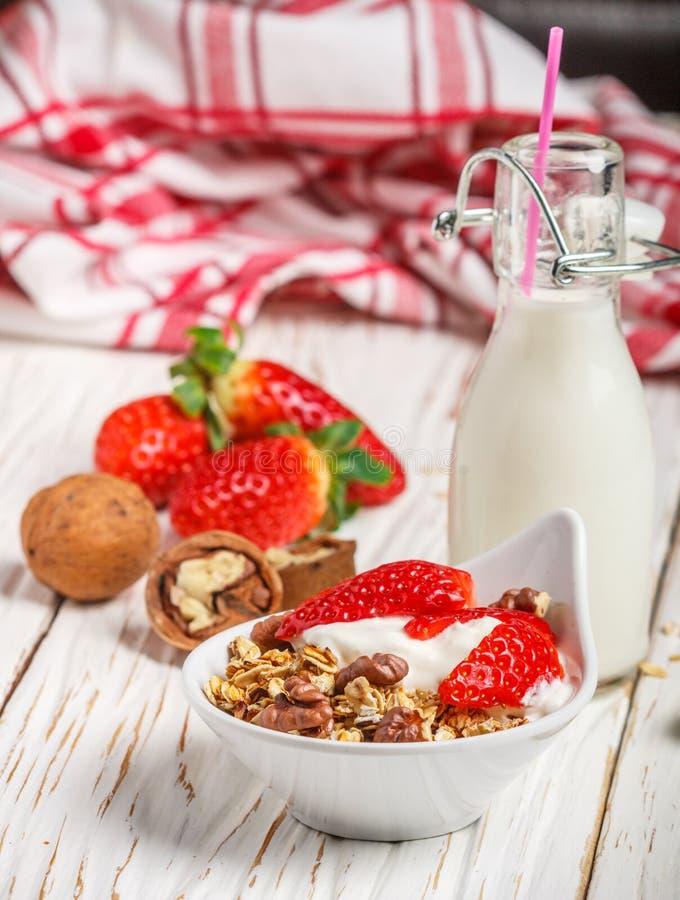 Hemlagad granola med nya jordgubbar, yoghurt och valnötter royaltyfri foto