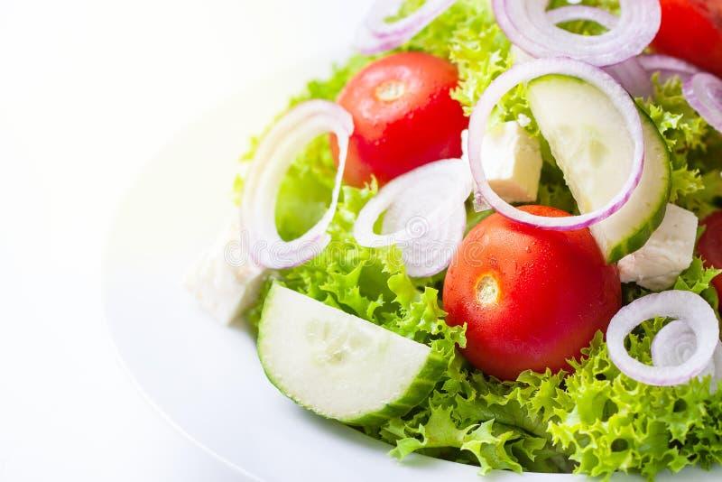 Hemlagad grek eller sommarsallad med nya grönsaker i en platta royaltyfri bild