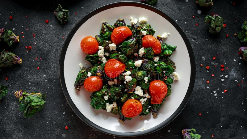 Hemlagad grillad grön Kalettes sallad med körsbärsröda tomater och fetaost sund mat royaltyfria bilder