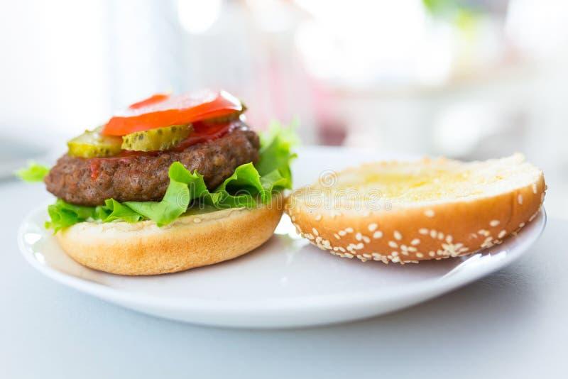 Hemlagad hamburgare på plattan arkivfoton